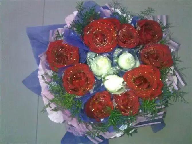 2.14情人节,一个男孩儿左手捧着12朵玫瑰花,右手拿着一盒巧克力,在大哥家楼下送给我,吓得我脸红心跳不敢要,一直让他自己拿着到了5楼家门口才拿着.