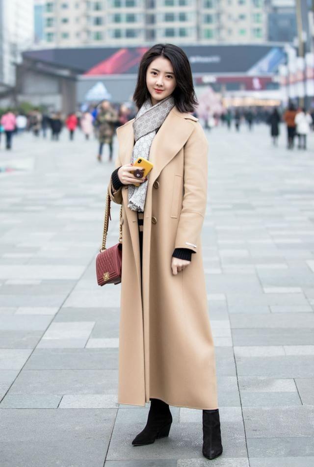 街拍:美女造型简单利落不失时尚感,秀发散落,显得格外优雅靓丽