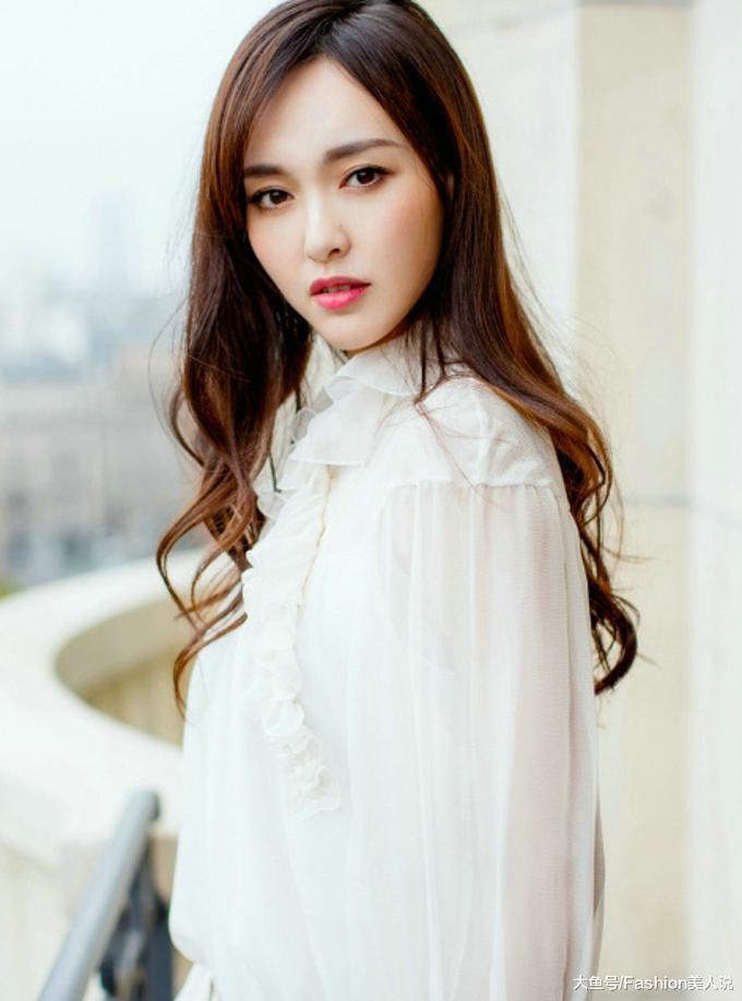 唐嫣情人节晒照,穿拼色百褶裙活力十足,留齐刘海发型美回18岁!