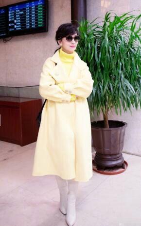 65岁赵雅芝晒美照 身穿黄色外套气色红润