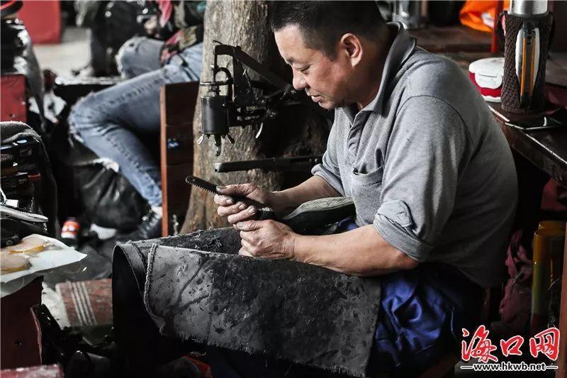 城市侧影   他54岁了,修了36年鞋,每年只休息一天