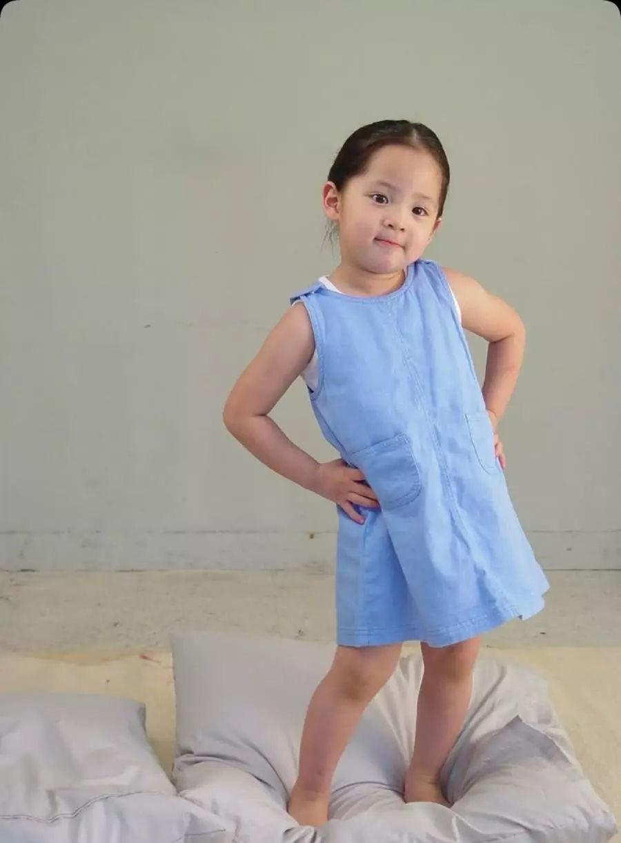 欧阳娜娜五岁走丢照片流出,被警察叔叔牵着好可爱,网友:太萌了图片