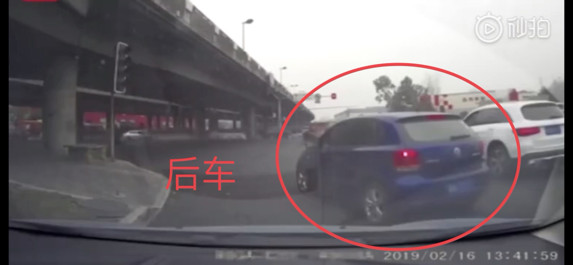 女司机车流中减速避让引后车不满,路怒上身追上前26秒内别车8次