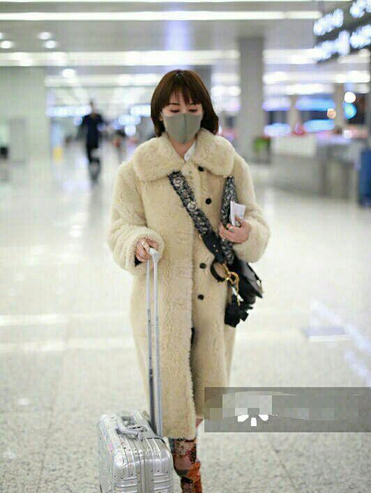 王子文和毛晓彤穿同款羊羔毛外套,颜色差别有点大?