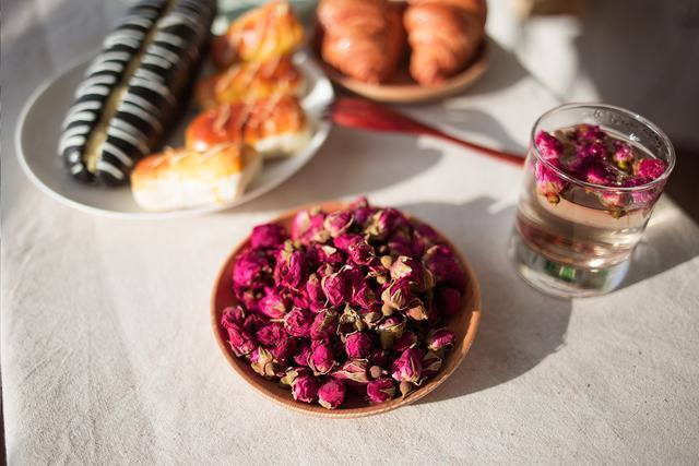 """玫瑰花茶被誉为""""女性之友"""",经常喝有什么好处?"""