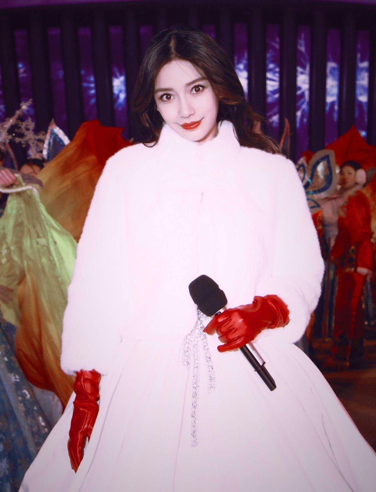 杨颖的裙子大多数是吊带,锁骨精可不是白说的!