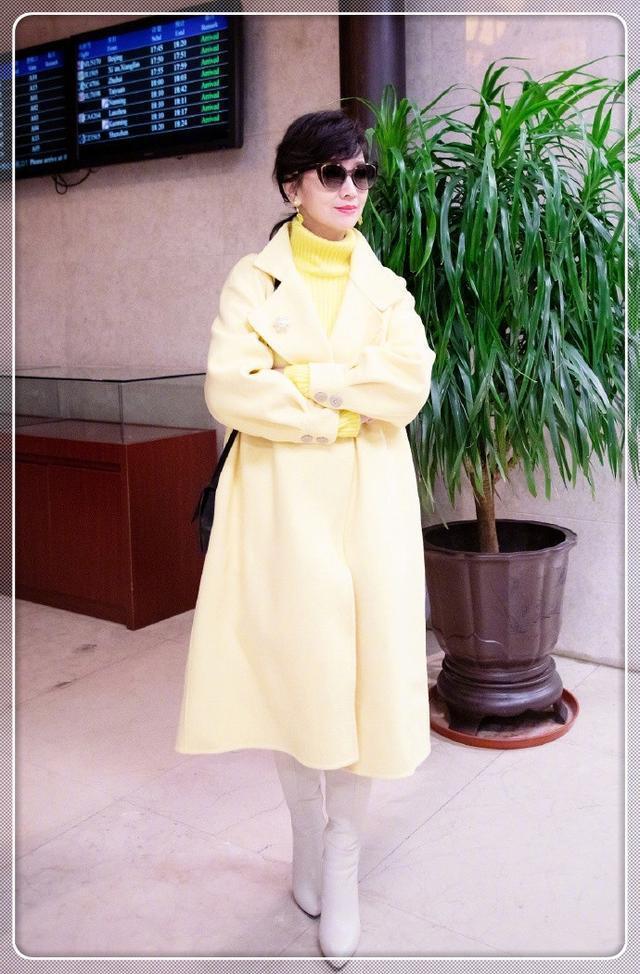 赵雅芝又来了,一身黄白搭嫩出水,64岁穿出少女气,真是服了!