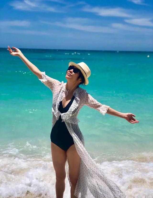 54岁刘嘉玲晒泳装美照,她的身材苗条柔美,长相像18岁少女