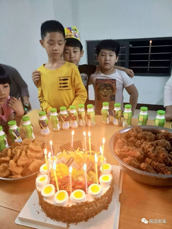 香喷喷的饭菜   香喷喷的饭菜   绘画   我们的生活   小朋友过生日