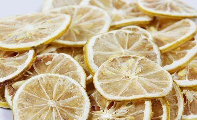 天天用柠檬片泡水喝,原来喝错了?用错水温,会导致大量营养流失