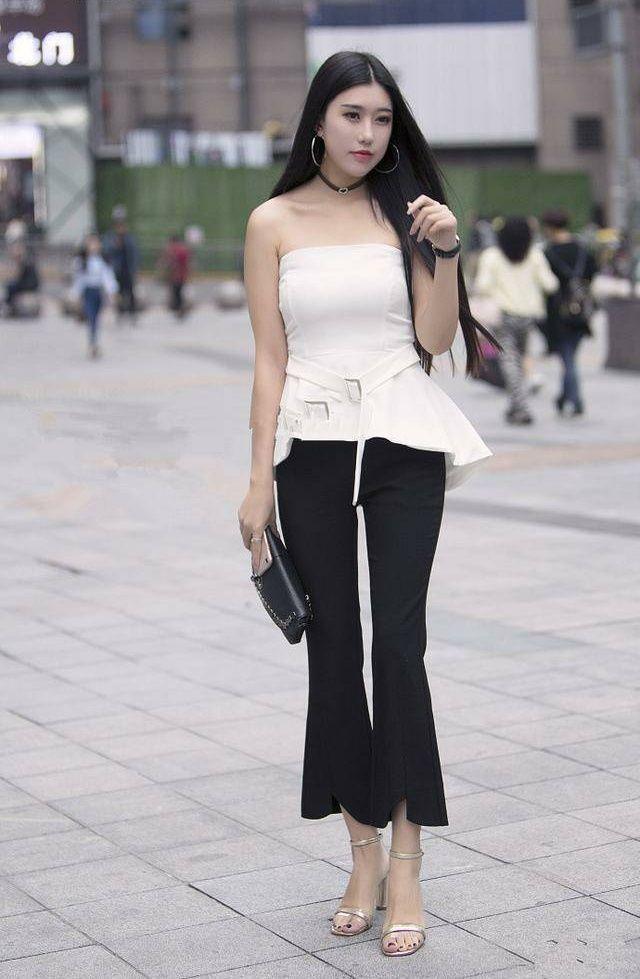 东方时尚网-街拍:小姐姐这样一件十分个性的连体裤,特别时尚又减龄!