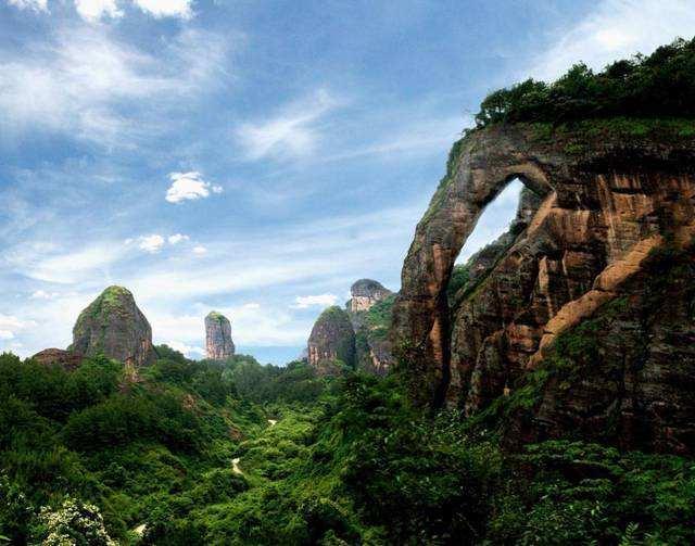 江西龙虎山一座山峰像大象的鼻子,游客:比桂林象鼻山重生动