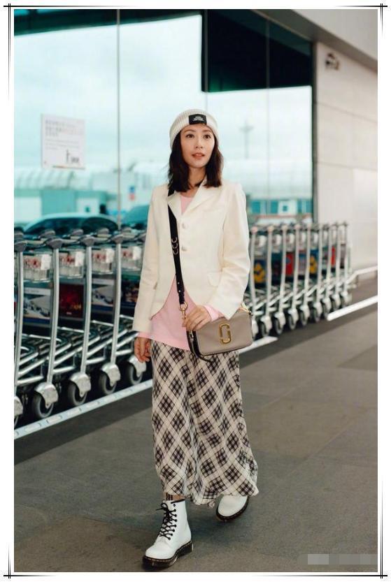 贾静雯机场一身潮装超时髦,白西装搭格子长裙,怎么看都不像44岁