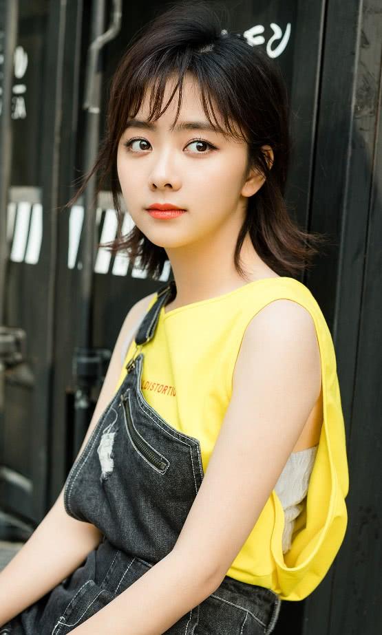 谭松韵的造型,看脸说她15岁都嫌大,但裤子以下却是40岁大妈