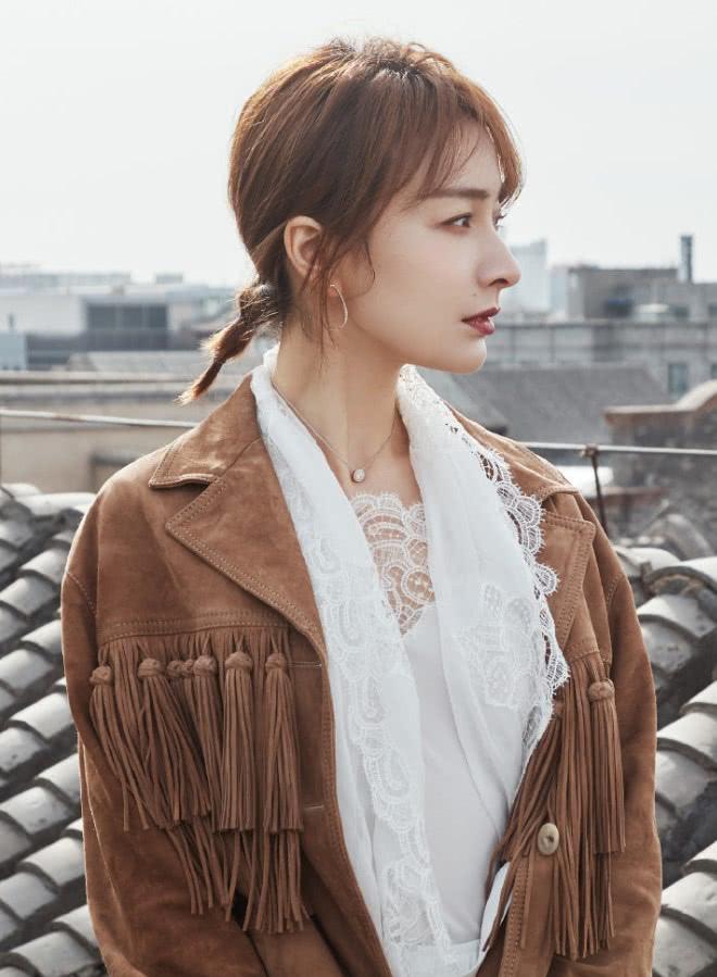 谁说吴昕土?她身穿白色上衣搭配流苏外套,简直美得不像话!