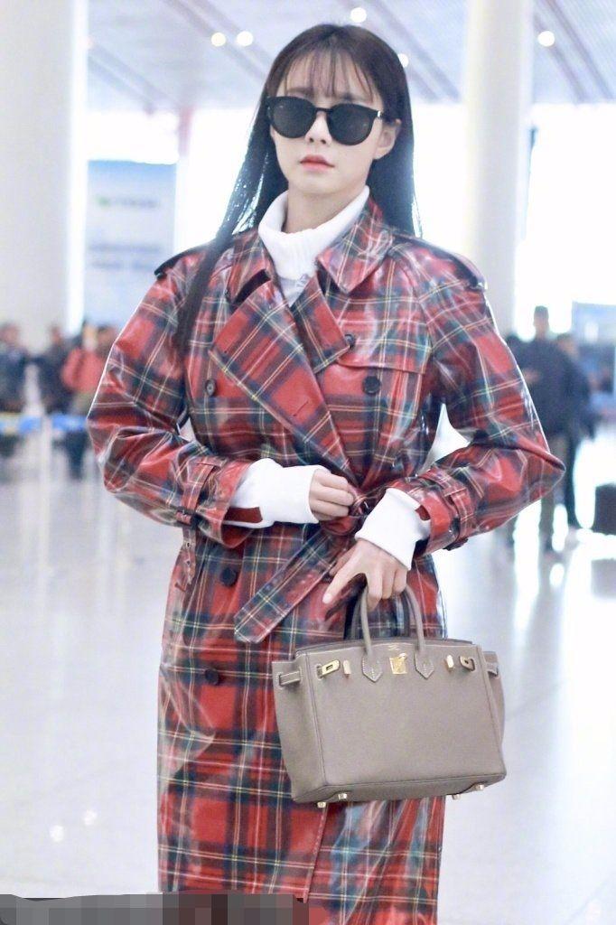 沈梦辰的塑料雨衣和时尚一点不搭,钱都花在其貌不扬大牌包上了!