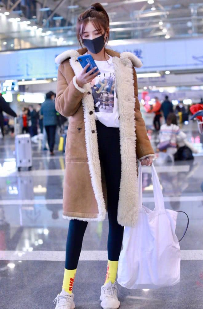 施予斐穿毛绒大衣亮相,简约保暖又不失时尚,小黄袜凸显少女心!