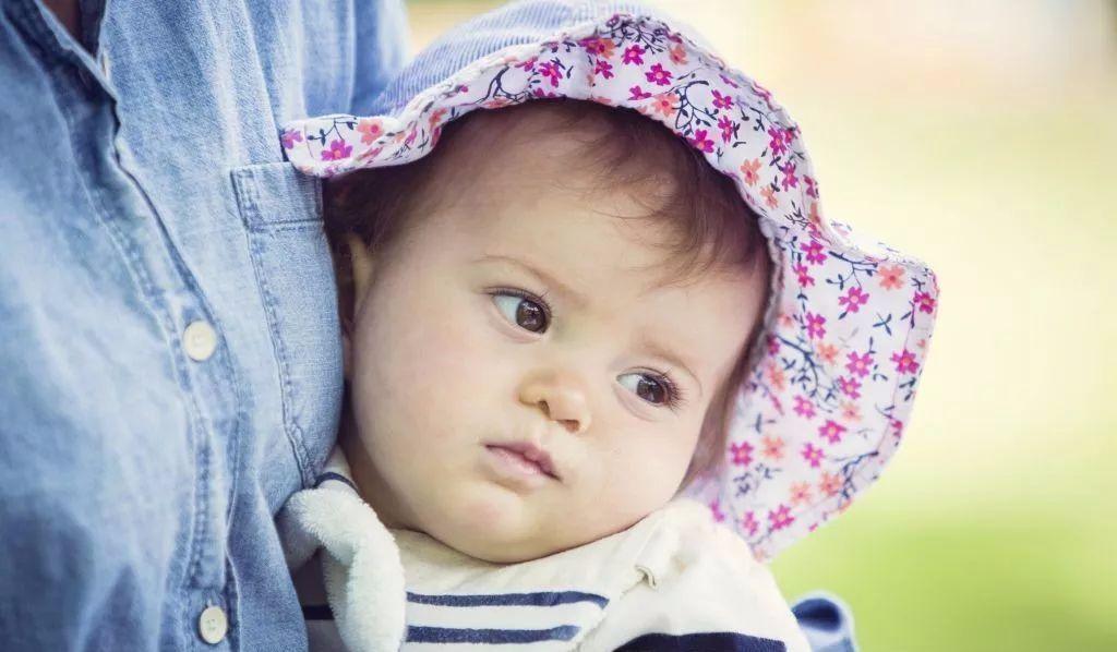 正确护理宝宝,远离睡偏头问题
