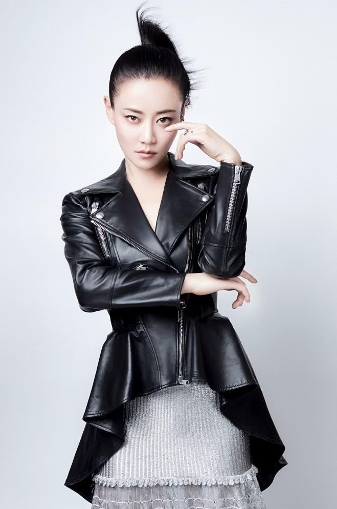 谭卓示范最酷穿搭,皮夹克+拼接半裙穿出女王范儿,回头率超高!