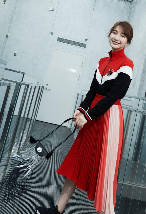 吴昕真会穿,将夹衣扎进裙子中个性又干练,但都不如她的包包美!