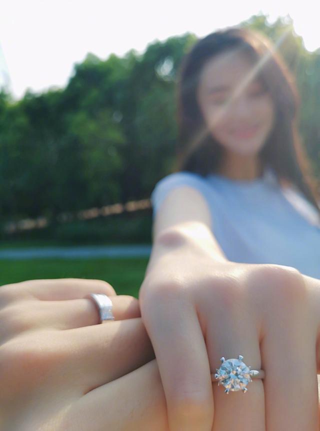 何捷婚后换了朋友圈头像,铁汉也柔情,难怪张馨予称嫁给了爱情