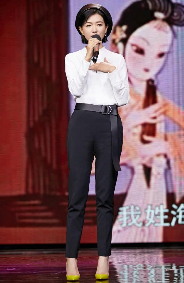 万茜穿经典黑白套装亮相,戴皮帽很可爱,不料却被亮色鞋子抢镜!
