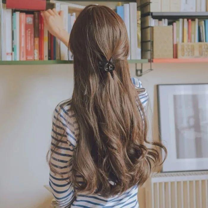 长发女生可以弄很多种卷发,但是想要自然柔和一点呢,就要选择大卷了.图片