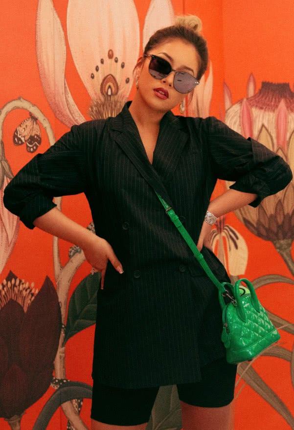 王菊穿黑衬衫亮相,戴墨镜精英范十足,但她的糖果耳环可爱坏了!