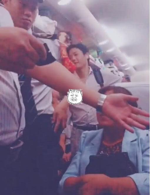 小伙子买半票上火车,被查票时拿出录取通知书,全车厢人炸开锅
