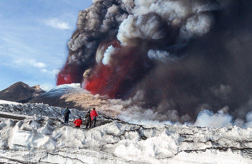 """日本有一座""""自杀火山"""",来这必须购买双程票,否则就会违法"""