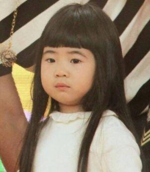 拿lisa小姐姐做个例子,长长的空气刘海就比短短的二次元刘海更适合她.图片