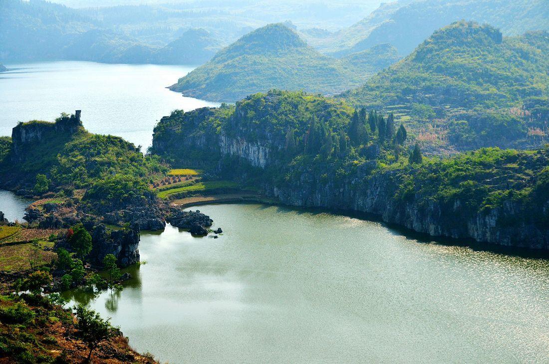 贵州大山里有座平静乡村,家门口便是悬崖,犹如世外桃源