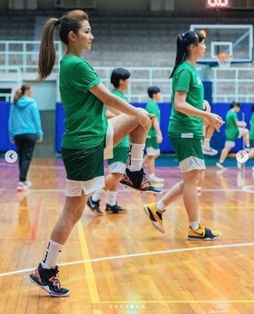 Selina回母校打篮球,走出阴影大方露伤疤,网友:勇敢!