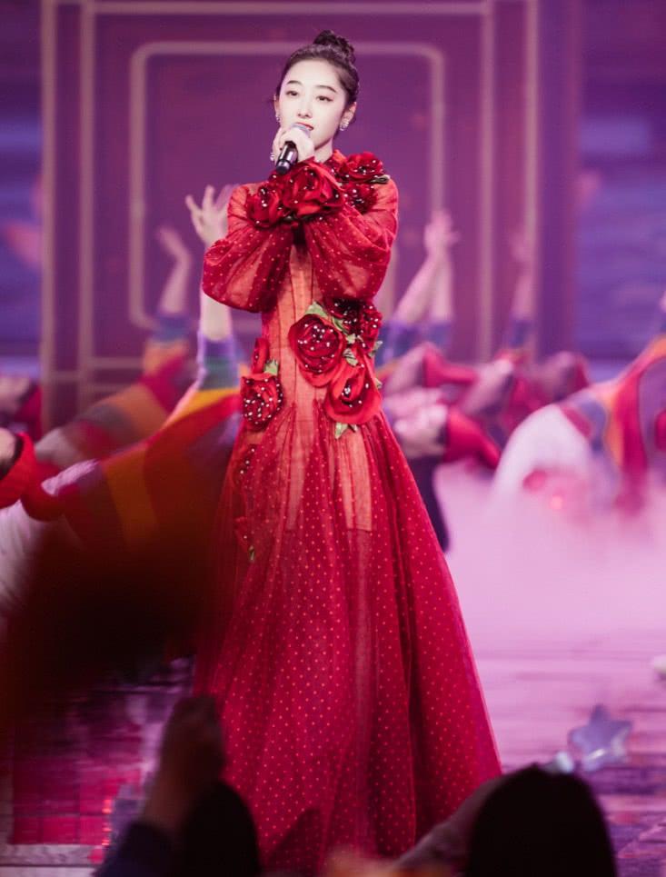 见过玫瑰花,第一次见蒋梦婕镶钻的玫瑰花?装在裙上美回颜值巅峰
