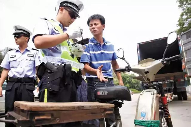中国合法自卫武器_中国交警开始配发专用92G手枪,看看哪个无名小卒还敢猖狂?_执法