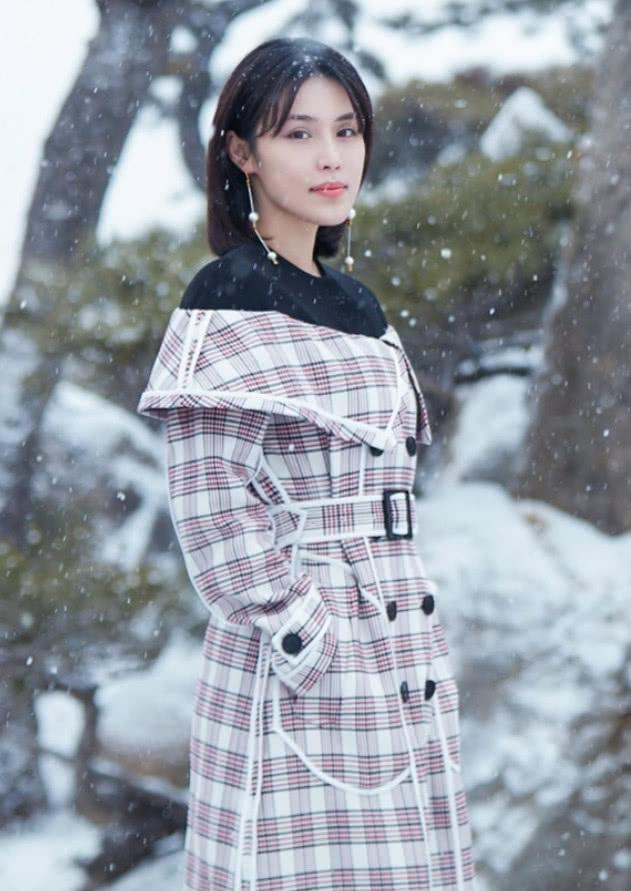 韩丹彤在雪中玩街拍,穿上格子翻领长裙,时髦不说还美得出众!