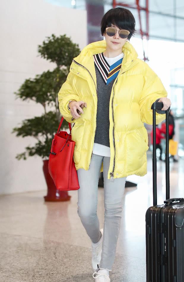 海清穿白球鞋+灰色牛仔裤,时髦极了,无论哪个季节穿都很时髦!