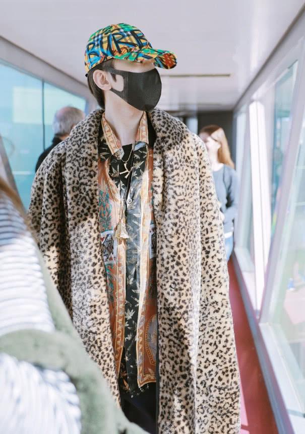 蔡徐坤穿豹纹毛绒大衣现身机场,豪迈帅气,但他的帽子更抢眼!