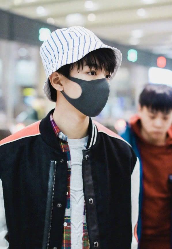 王俊凯戴条纹渔夫帽现身机场,秒变可爱仔,穿棒球服阳光帅气!