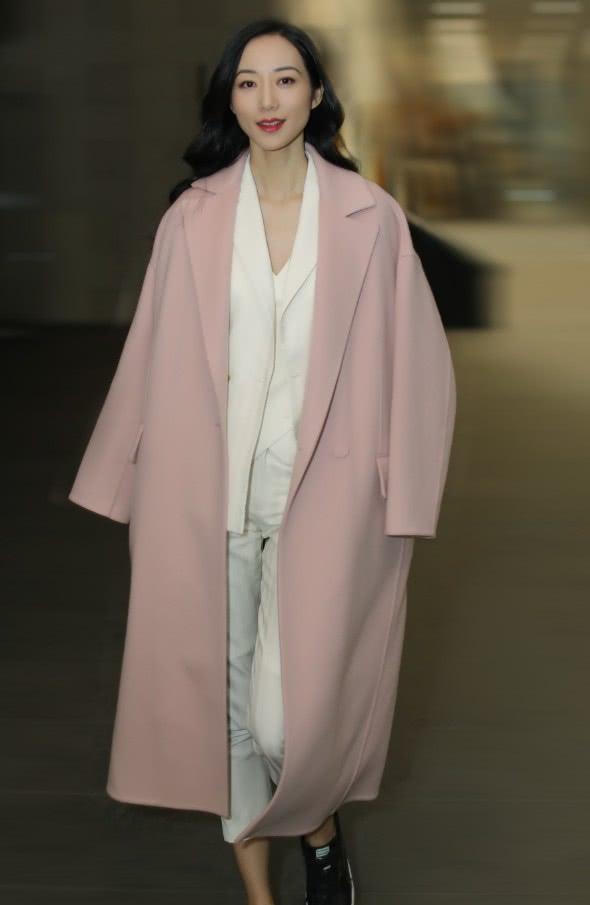 韩雪披粉色大衣现身,搭配白色套装干练优雅,但鞋子未免太普通!