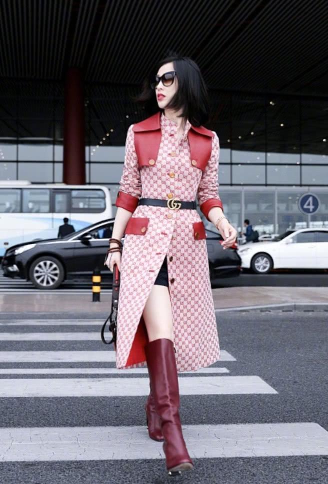 黄圣依这裙子很带感,正面看着优雅大方,转身之后才是大有玄机!
