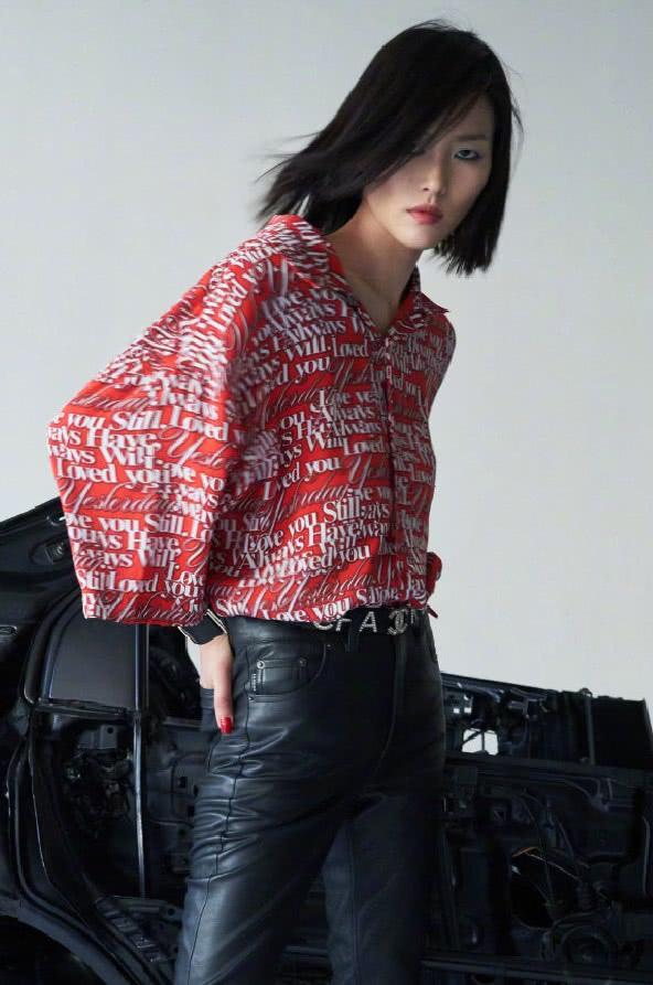 刘雯穿皮裤拍摄杂志,演绎潮流机车风帅气又炫酷,造型复古摩登!