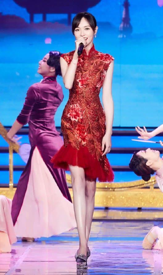 """别人都在裙上加鱼尾,唐嫣却在裙子上加""""孔雀尾"""",美出少女感!"""
