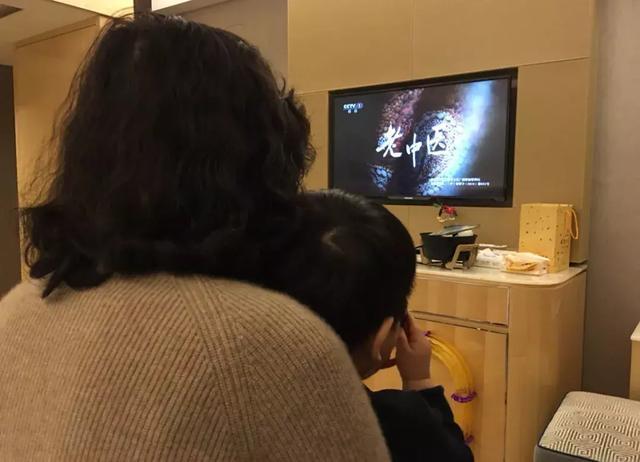 陈晓罕见晒儿子萌照,2岁儿子玩弄小肉手仍聚精会神看电视剧