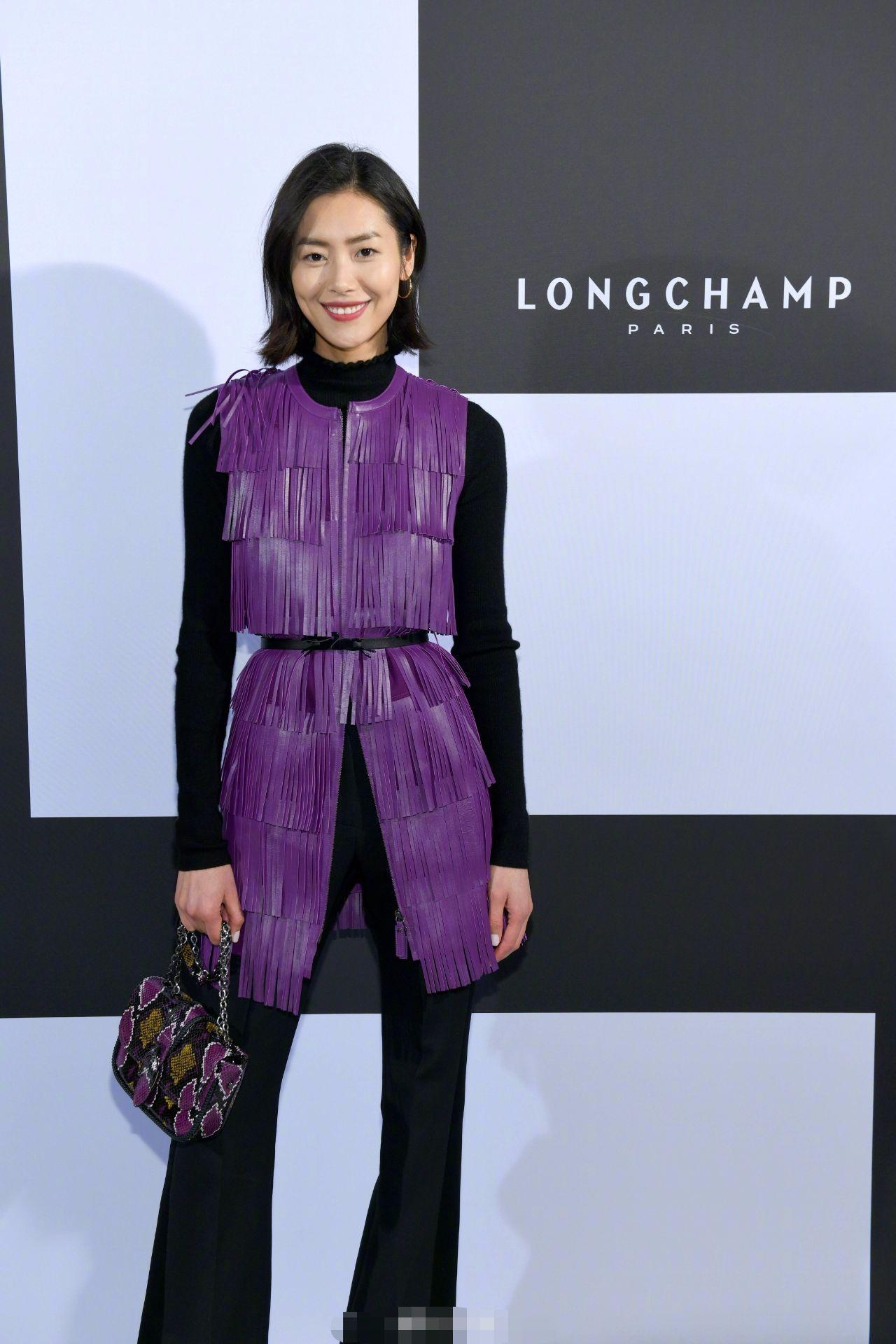 刘雯穿了改良版蓑衣去看秀,笑容阳光是一个时尚渔翁!