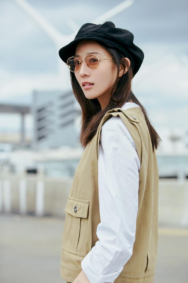 马甲线女王张钧甯时尚造型,贝雷帽搭工装,简单率性,时髦有型!