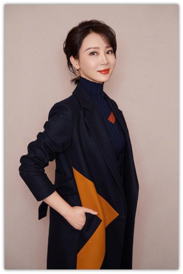 陈数又换私服,拼色大衣配黑色高领毛衣,40岁女人这样穿太高级!