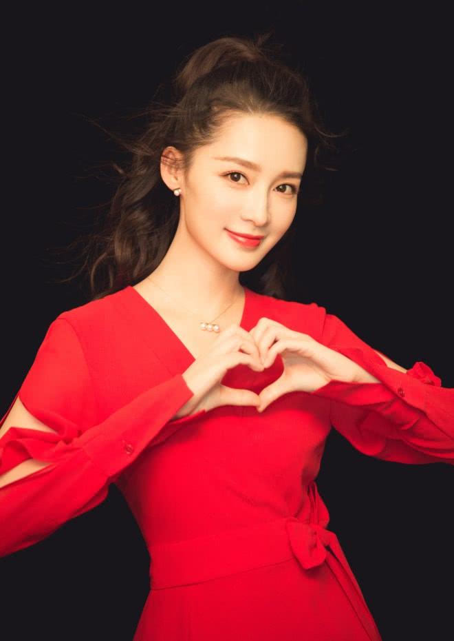 李沁穿大红色的长裙亮相,优雅大气,美得很高级又很有格调!