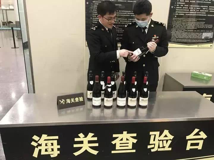 杭州萧山机场海关有人携带价值25万元的高档红酒蒙混
