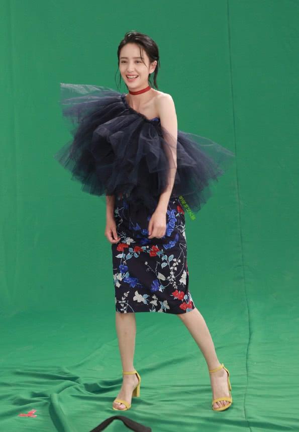 佟丽娅是买错码了么?裙子卡在肩上下不来,还露出倾城的微笑